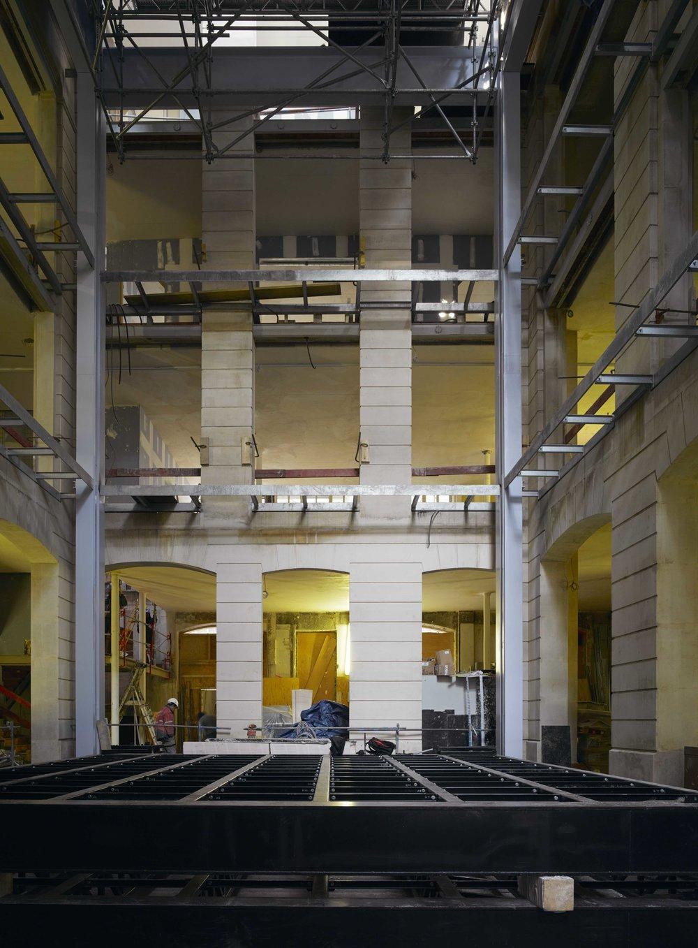 Pour sa première exposition monographique en France, Lutz Bacher accompagne de sa vision l'ouverture de l'institution nouvelle, et conçoit une installation qui met en lumière la verticalité du 9 rue du Plâtre réhabilité par Rem Koolhaas. Image ©Bas Princen