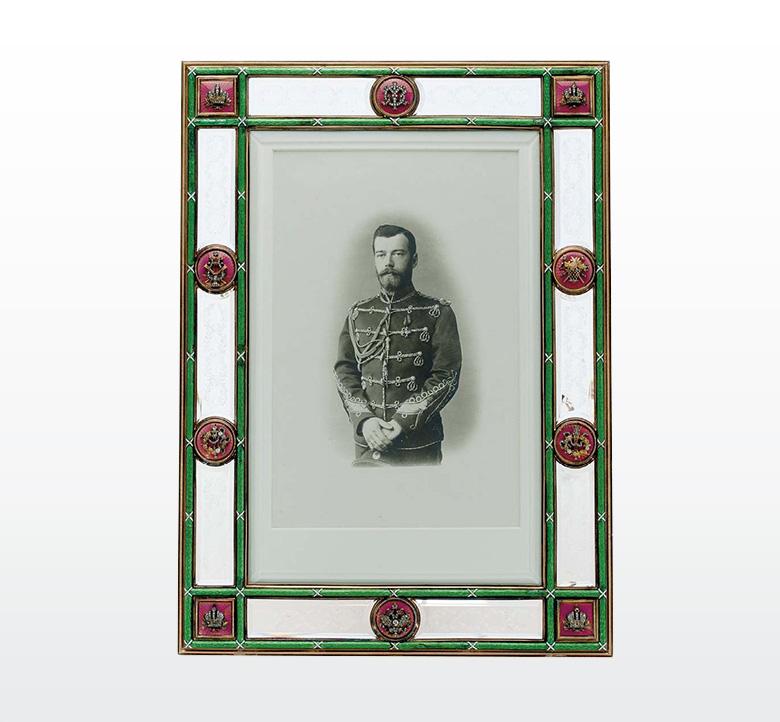Рис.7 Рамка с портретом императора Николая II в форме Лейб-гвардии гусарского Его Императорского Величества полка
