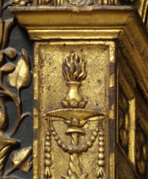 Рис.3 Орнамент канделябра и факел на левой внутренней пилястре.