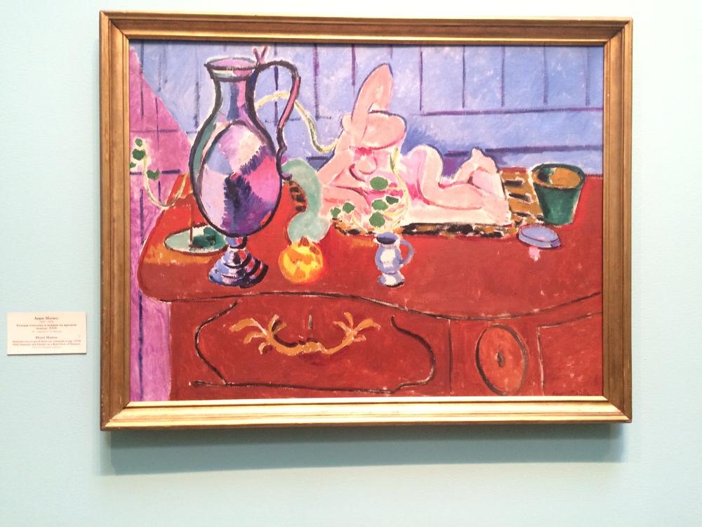 "Рис.1аАнри Матисс ""Розовая статуэтка и кувшин на красном комоде"", 1910"