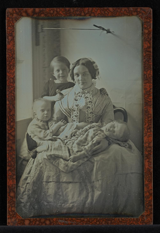 """Рис.1 Hermann Carl Eduard Biewend """"Моя Элен, с маленькой, спящей Матильдой на ее коленях и с нашими двумя другими детьми, Робертом и маленькой Луизой"""", 1851 г."""