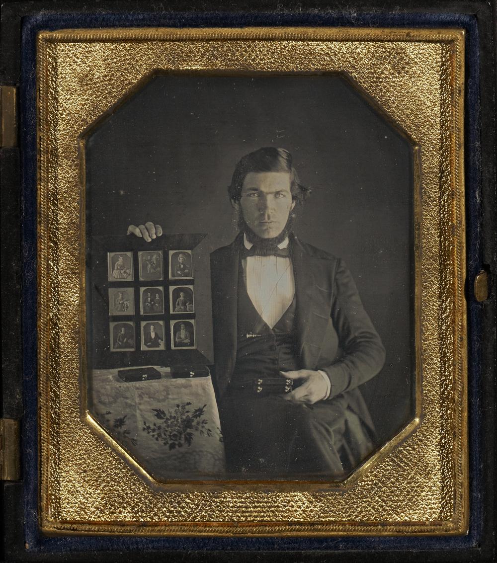 """Рис.20 """"Портрет дагерротиписта, демонстрирующего дагерротипы"""" (автор неизвестен), 1845 г."""