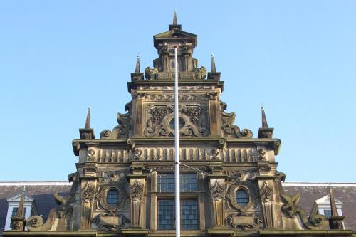 Рис.5 Центральный фронтон ратуши в Лейдене, 1597