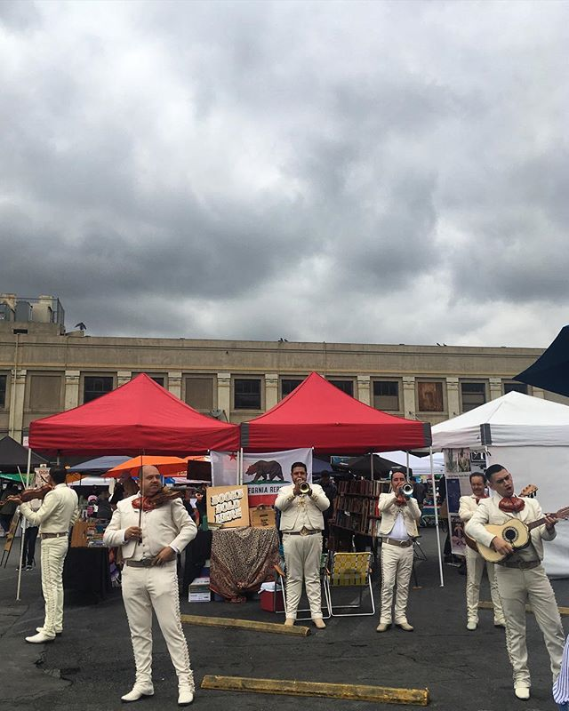 Mariachi on a cloudy day in LA warms the 🍅🍅. Thank you 🌟@smorgasburgla , haven't heard this great of a troupe in a long while✌🏼🇲🇽Back next week 10/21 for more #lafoodie #fun con #libros 📚👌🏼#dtla #losangeles #la #mariachi #band ............ • • • • #art #travel #design #mexicanfood #flavor  #style  #inspiration  #bibliophile  #bookstagram  #bookseller  #downtown #urban  #california  #culture  #diversity  #city of  #angles  #foodstagram  #music de #mexico 🇲🇽