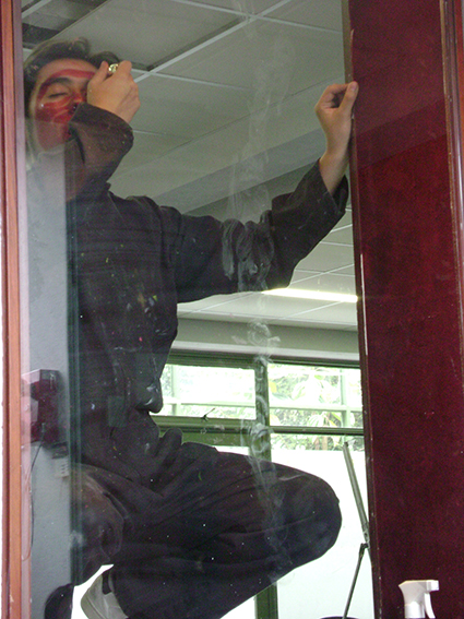 DAY II   On the second day Monroy clean the vitrine and cover himself on lipstick, afterwards he leave an imprint of his whole body on the glass.