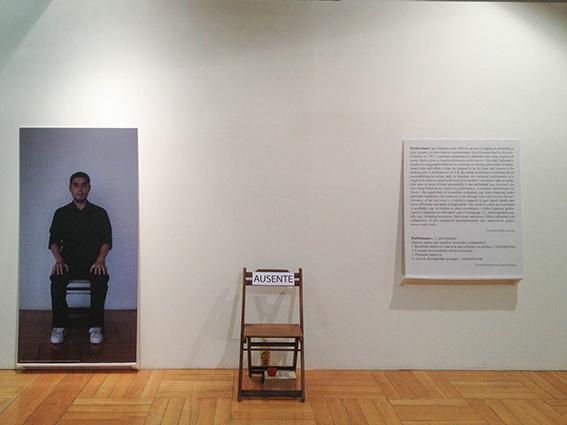 Monroy's Performance Art Services No. 1 SeñorKosuth.¿Qué haría Usted?      Paçodas Artes.      São Paulo, Brasil. 2012