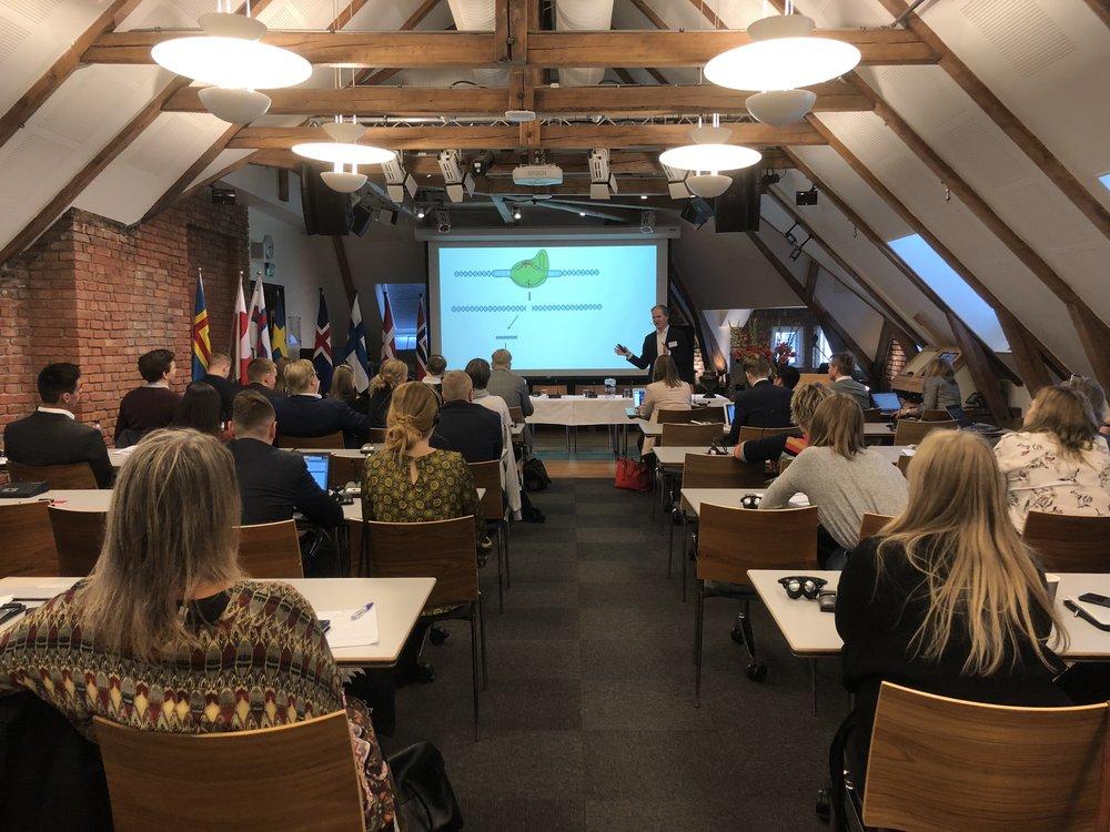 Ole Johan Borge, direktør i Bioteknologirådet, indleder temaet om, og forklarer hvordan, GMO virker.