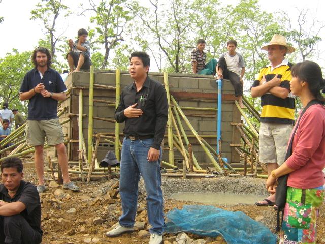 ประชุมร่วมกันเพื่อส่งมอบระบบกรองให้กับหมู่บ้าน
