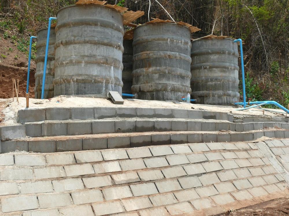 แท็งค์น้ำที่สร้างเสร็จสมบูรณ์แล้วและได้สร้างแนวป้องกันการพังทะลายไว้ด้วย