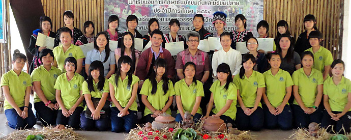 Students and staff of the Mon Saeng Dao ecological school