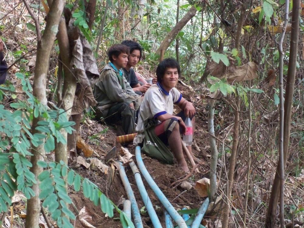 คนหนุ่มๆในหมู่บ้านที่มาช่วยกันวางท่อ