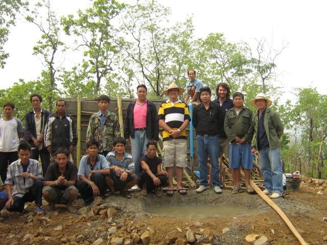 ผู้นำหมู่บ้าน ข้าราชการ และอาสาสมัครของมูลนิธิร่วมส่งมอบผลงาน