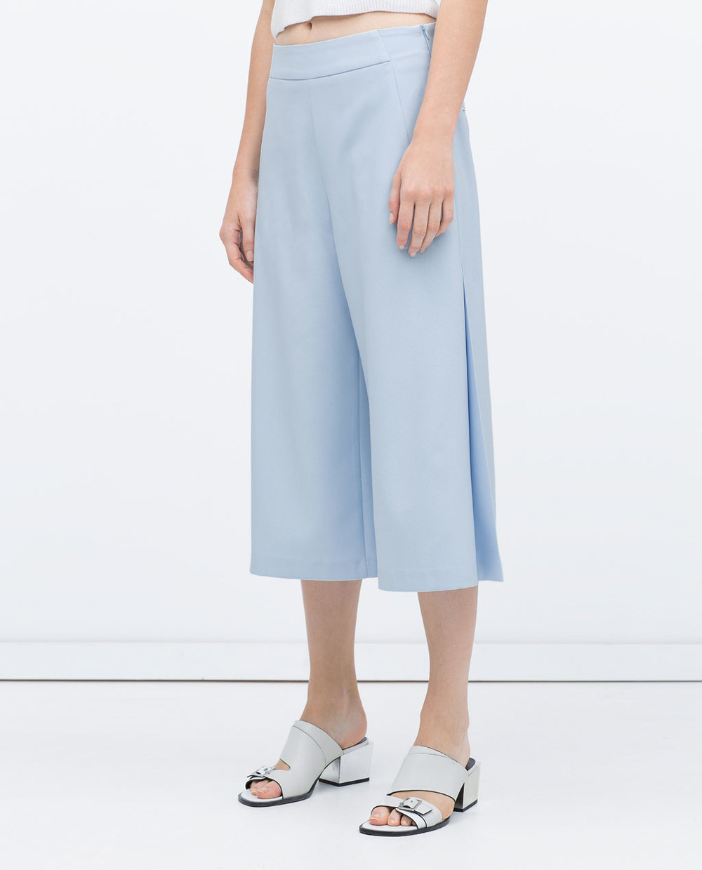 I admit it.... I am totally obsessed with culottes this season. Aside from the fact they look super vintage... The air flow and comfort make them that much more ridiculous. Gimme, Gimme!