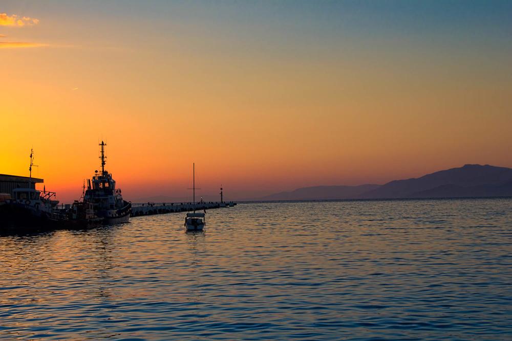Kusadasi -Türkei   Die Türkei ist ein Land der Moderne und der Traditionen, der Meere und der Seen, des Urlaubstrubels und der Antike. Die Türkei vereint Okzident und Orient, bietet Badeorte und Skigebiete, kann mit einer Vielzahl von Sehenswürdigkeiten aufwarten.