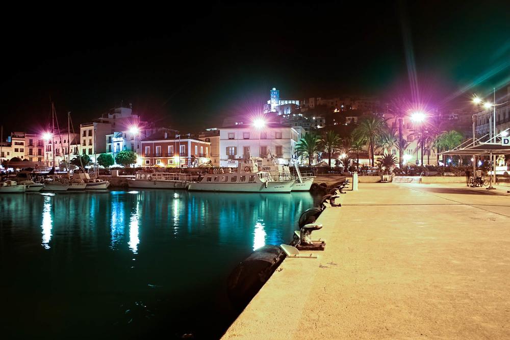 Ibiza -Spanien   Eivissa ist das pulsierende Zentrum von Ibiza und eine der aufregendsten Partymetropolen der Welt. Mit ihren malerischen Altstadtgassen und exzentrischem Publikum erhebt sich die Hafenstadt auf einem Hügel und zeigt die herrlichen Architektur.