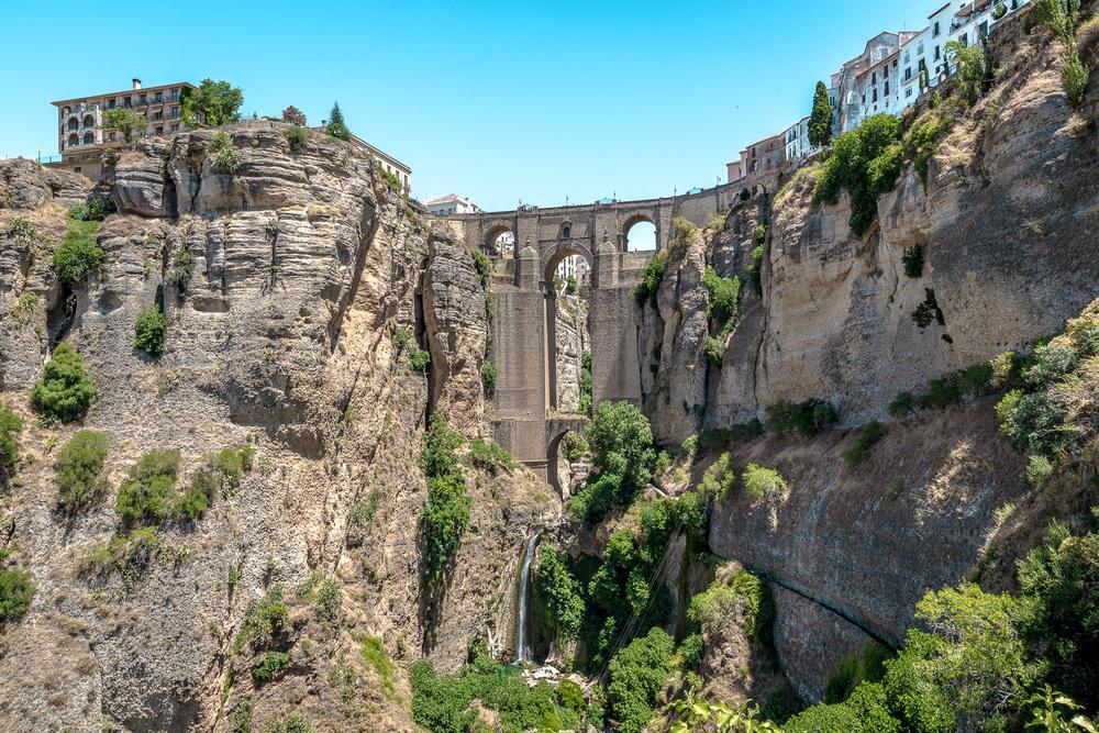 """Ronda -Spanien   Die unglaubliche und weltweit berühmte Stadt Ronda befindet sich inmitten der bizarren und fast unwirklichen Berglandschaft der Serrania de Ronda. Seine spektakuläre und atemberaubende Brücke """"Puente Nuevo"""" machen Ronda einzigartig."""