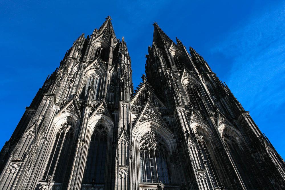Köln -Deutschland   Köln macht süchtig. Wer einmal in dieser schönen Domstadt war, will nicht mehr weg. Es ist dieses einzigartige Gefühl aus fröhlicher Lebensart, atmosphärischem Stadterlebnis und internationalen Flair, das keinen mehr los lässt.