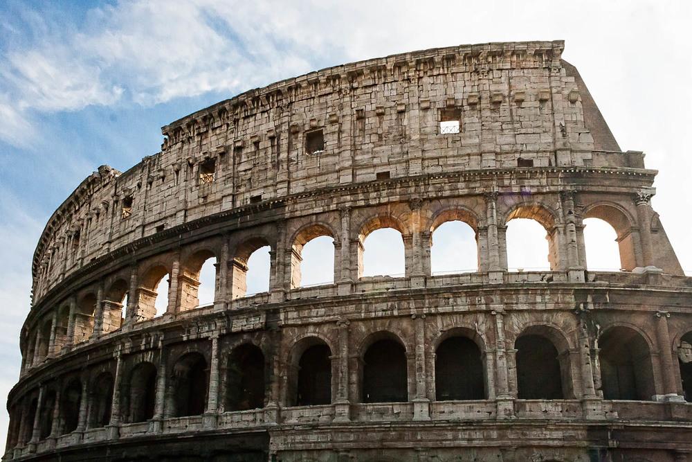 Rom -Italien   Rom bedeutet Kultur pur! Es bietet historische Sehenswürdigkeiten im Überfluss wie das überwältigend mächtige Kolosseum, die spektakuläre Vatikanstadt wo die Menschen in Scharen den Petersdom bevölkern, um zu beten, zu staunen und vom Papst bis zur Sixtinischen Kapelle alles zu bewundern.
