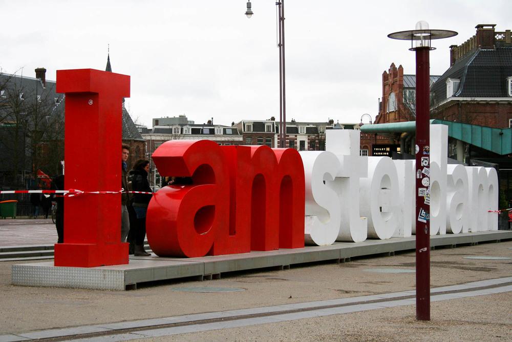Amsterdam -Niederlande   Amsterdam ist einzigartig unter den europäischen Metropolen.Grachten, Coffee-Shops und das Rot-Licht-Viertel prägen die Stadt. Bietet aber außerdem eine Vielzahl historischer Sehens-würdigkeiten wie das weltberühmte Van Gogh Museum.