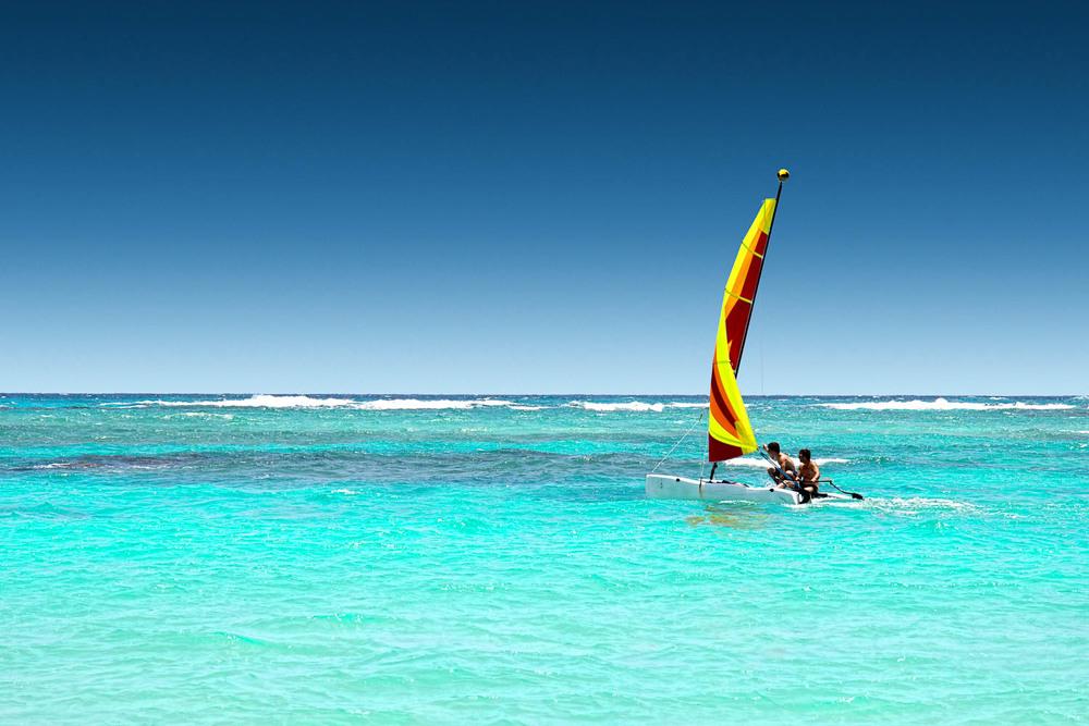 Punta Cana -  Dominikanische Republik   Kilometerlange weiße Sandstrände, so weiß und fein wie Puderzucker und türkisfarbenes, glasklares Wasser - die für die Karibik kaum schöner präsentiert werden könnten. Den Rhythmus von Merengue gibt die DomRep einen einzigartigen Flair.
