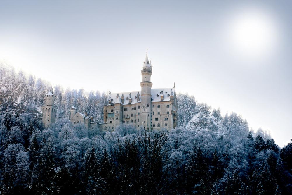 Schloss   Schwangau Neuschwanstein -Deutschland   Schwangau ist weltberühmt für seine Königsschlösser Neuschwanstein. Es gehört heute zu den meistbesuchten Schlössern und Burgen Europas und ein magischer Anziehungspunkt für Besucher aus aller Welt.