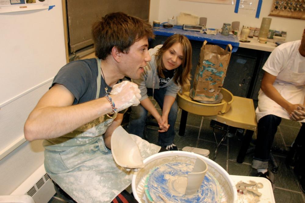 Teaching ceramics at Stanford University.   Enseñando alfarería en Stanford University.