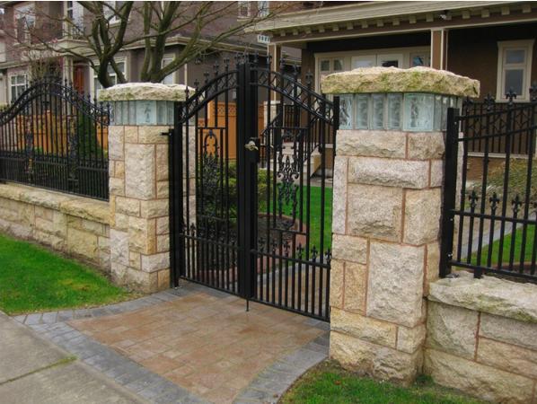 Spearhead swing gate