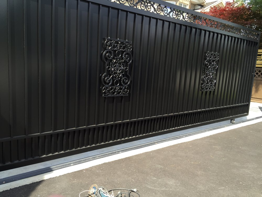 Total privacy gate with flower casting