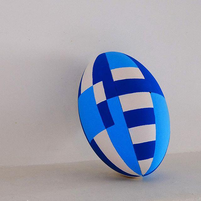 J'ai beaucoup de respect pour Biarritz mais ici c'est BAYONNE ! 🔵⚪️ - Acrylique sur cuir / cuir sur ballon / ballon sur air - Chistera - Geste technique au rugby qui consiste à faire passer le ballon dans son dos, la chistera désigne aussi le panier en osier avec lequel on joue à la pelotte basque. -  #rugby #derby #paysbasque #basque #chistera #handmade #handpainted #design #graphic #handmadefont #typography #bayonne #bayonnemaville #lederbycest #aupabaiona #avironbayonnaisrugby