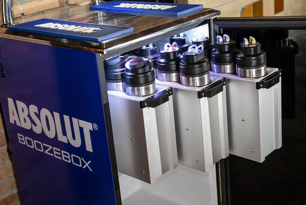 """Impressora de drinks possui """"cartuchos"""" de vodka e outros insumos para imprimir Drinks."""