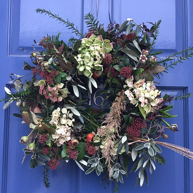 My home made wreath using flowers, seed heads and foliage foraged from the bountiful garden of the very generous @emilyhilliergardendesign 🌿#christmaswreath #christmasdecor #homemadechristmas #florist #floristry #foliage