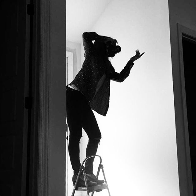 Posing, directing and taking photos all at once. 📷: @heidicato .  #boudoir #nashvilleboudoir #nashvilleboudoirphotographer #boudoirphotography #posing #silhouette #blackandwhite #shortgirlproblems