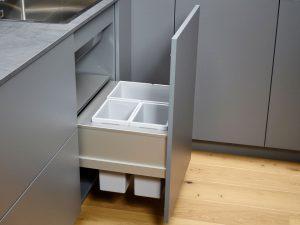 - Сборка мусора вразделительные блоки со съемными контейнерами позволяет собирать мусор и кухонные отходы практически без запаха. Кроме того,есть местодля чистящих средств.