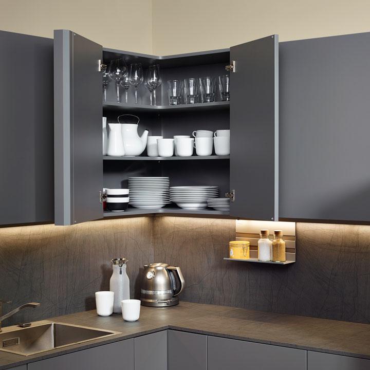 - Угловая система хранения посуды позволяет использовать углы кухни наиболее эффективно.