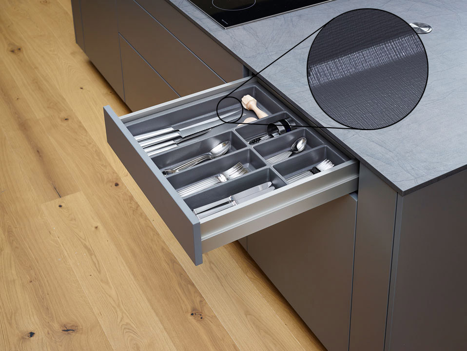 - Внутренняя организация кухни.Пластиковый лоток для столовых приборов - чистый, безопасный для пищевых продуктов и с эксклюзивной текстильной структурой.