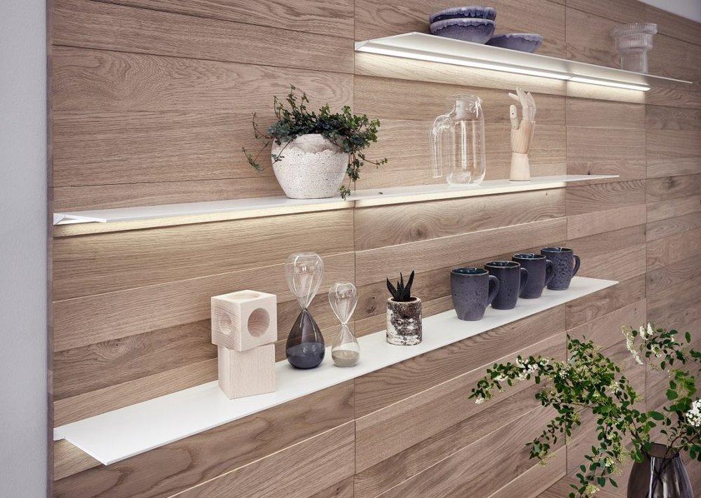 Аксессуары придают кухне уютную и личную нотку: филигранные полки интегрированы в высококачественную панельную стенку и расположены индивидуально.Фото: LEICHT/ П. Шумахер