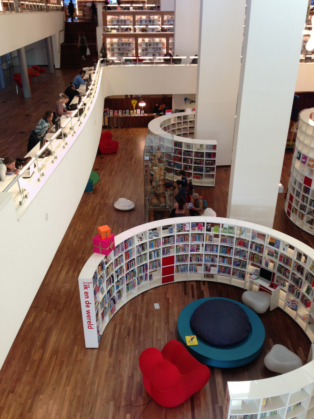 L'étage enfant et l'espace lecture de journaux et magazines.