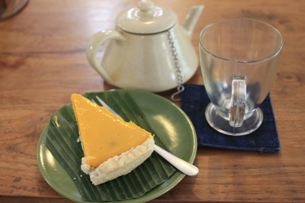 Vegan mango and coconut pie (very Bali...) with lemongrass tea.