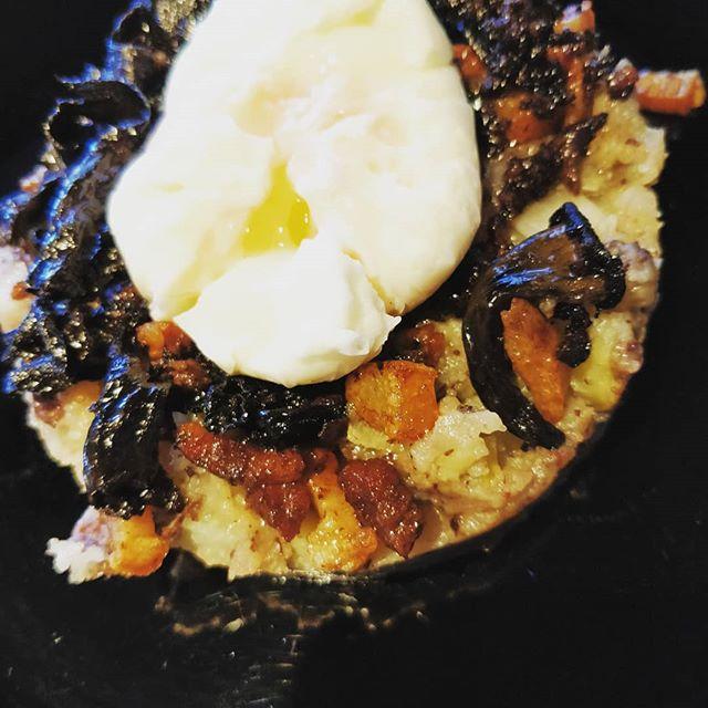 Timbal de Patata Cruixent amb Ou Poche,Trompetes de la Mort,Botifarra Negra i Cansalada Ibèrica!  #TavernaGuilà  #restaurantterrassa  #cuinademercat