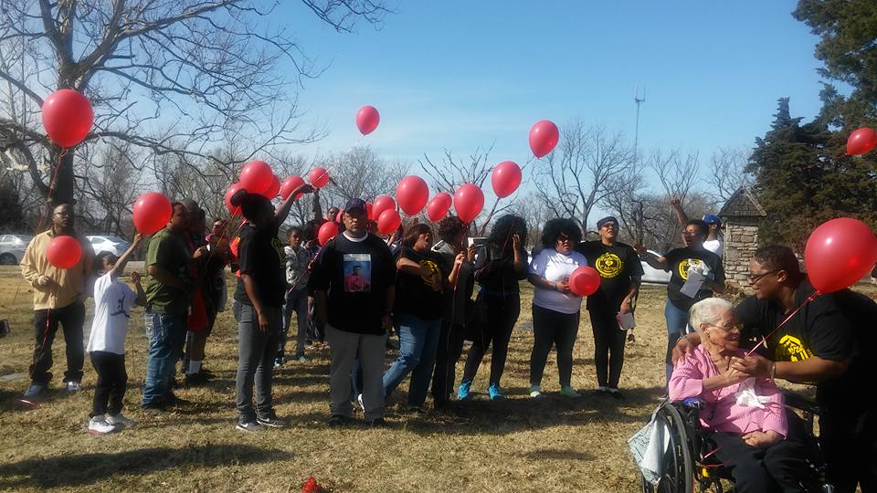 Family and friends celebrating Darreon Murray's 26th Birthday