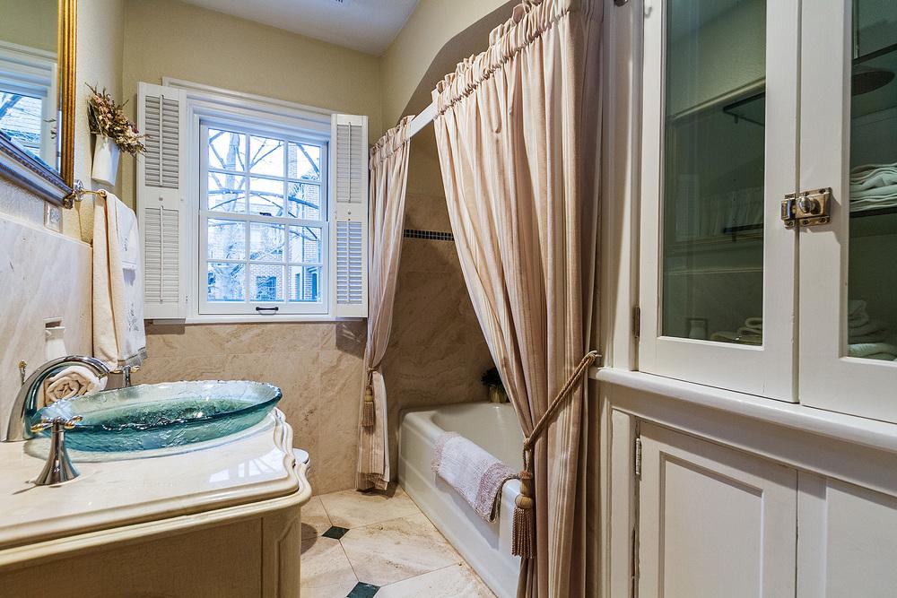 1183046_Main-Floor-Full-Bath_high.jpg