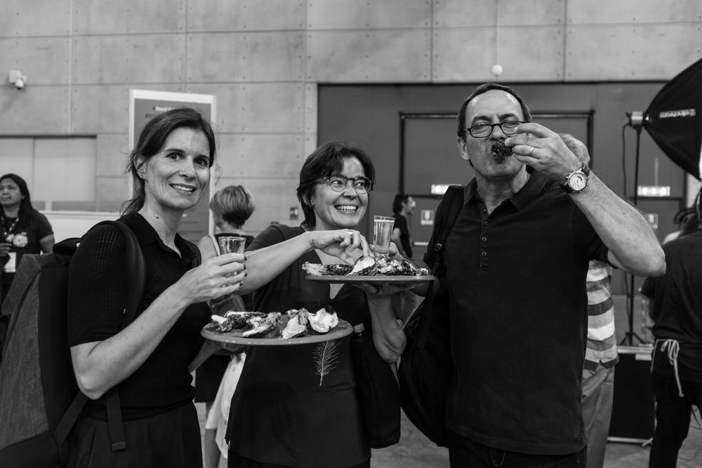 Patrícia Conde, Alexandra Prado Coelho e Artur Gregório a degustar ostras holandesas