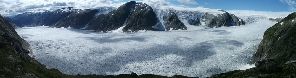 The panorama view of Tunsbergdalsbreen seen from Røykjedalsbandet Ridge. Photo: Morgan Gibson 2011.