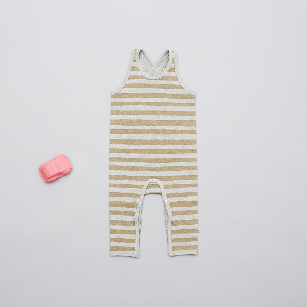 En af vores favoritter i størrelse 68 er de stribede pige overalls, der er super søde med en kontrastfarvet body under.