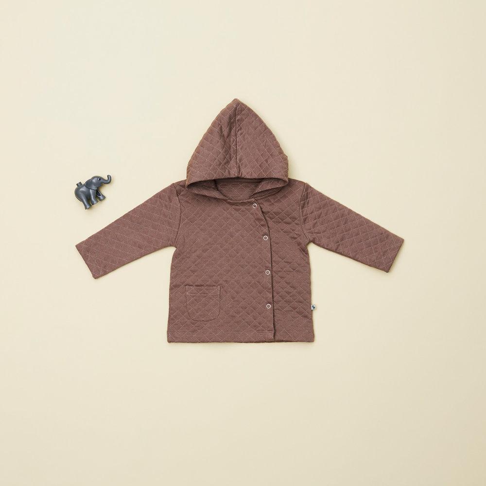 En af vores favoritter til pigerne i størrelse 80, er den praktiske mokkabrune quiltede cardigan i jakke form. Den har både hætte, lomme og trykknapper og kan bruges som sommerjakke.