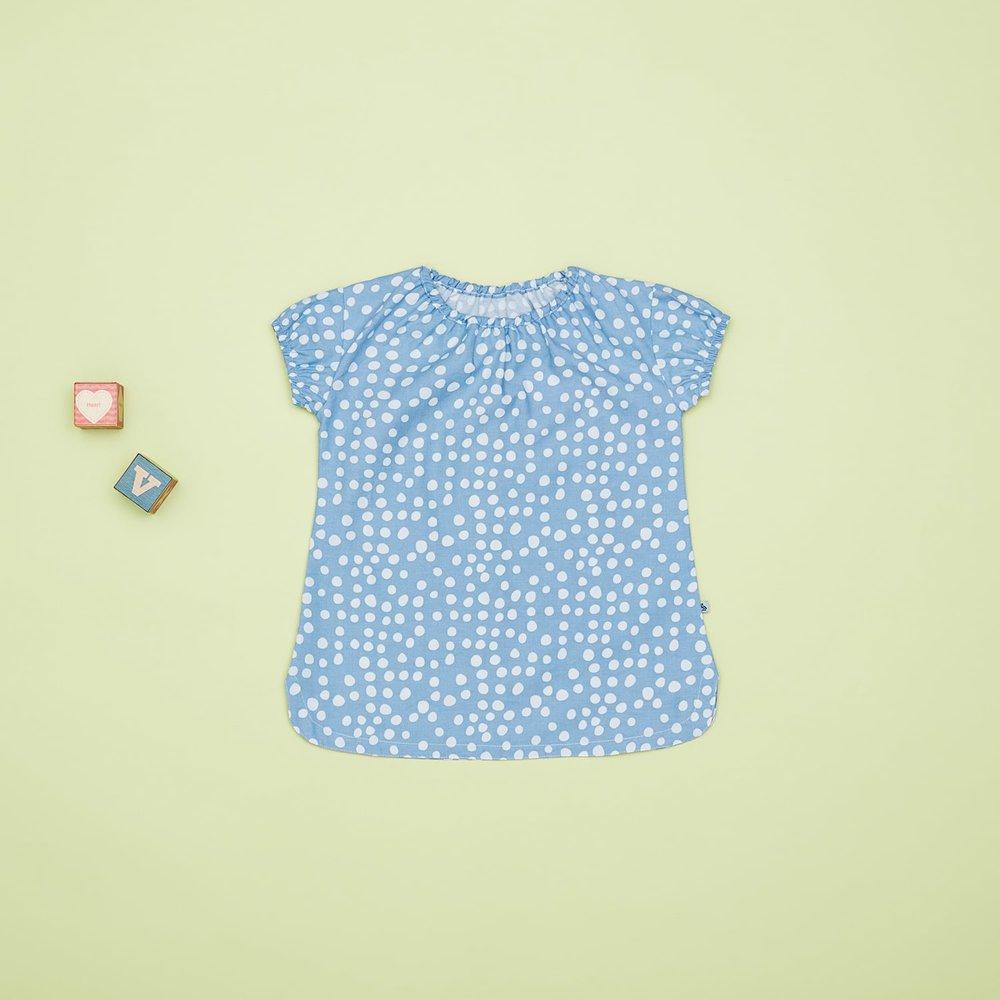 En af vores favoritter til pigerne i størrelse 86, er den super fine økologiske bomulds satin kjole i en skøn lyseblå farve med hvide prikker. Den er blød og anvendelig, både med bare ben og med strømpebukser under.