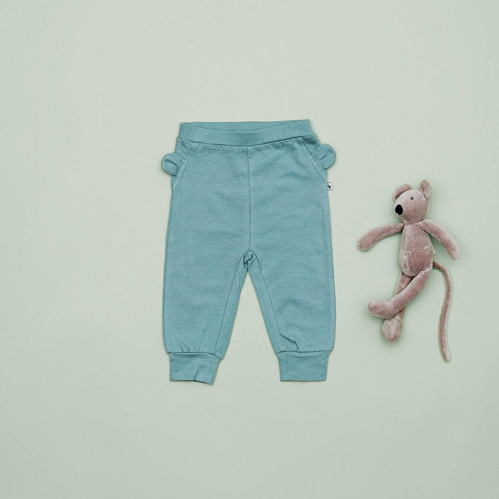 En af vores favoritter til drenge i størrelse 56 er de grønlige bukser med sjove ører på. De er lavet i blødt økologisk GOTS certificeret bomuld.