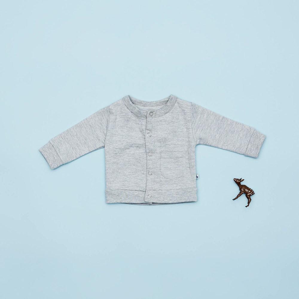 En af vores favoritter til de små drenge i størrelse 56 er den grå cardigan med trykknapper og lomme. Den er perfekt at have med i tasken som en ekstra sommerjakke til drenge.