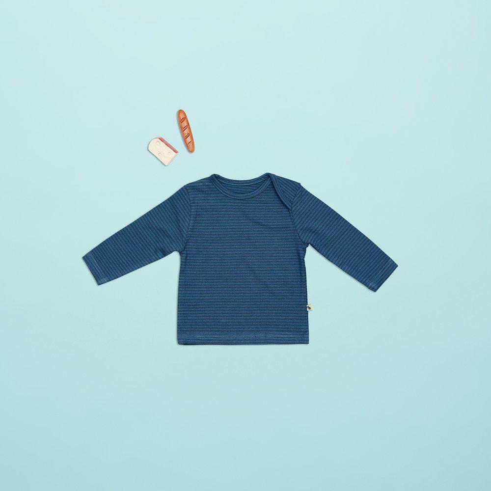 En af vores favoritter til drenge i størrelse 62 er den klassiske blå drenge bluse med mørkeblå striber og amerikaner lukning. Så bliver det vist ikke mere klassisk :-)