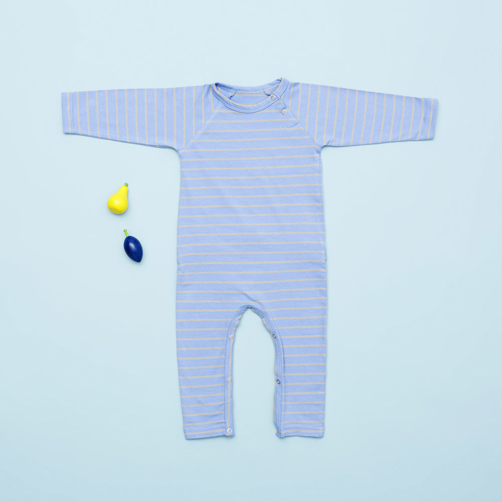 En af vores favoritter til drenge i størrelse 68 er den flotte lyseblå heldragt med striber. Den er lavet i super blødt økologisk bomuld og er perfekt som heldragt om dagen og som natdragt.